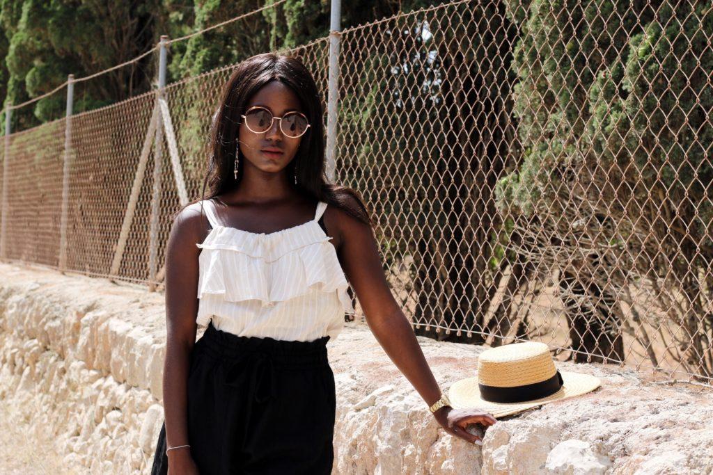 Strohhut schwarze Shorts und Sonnenbrille
